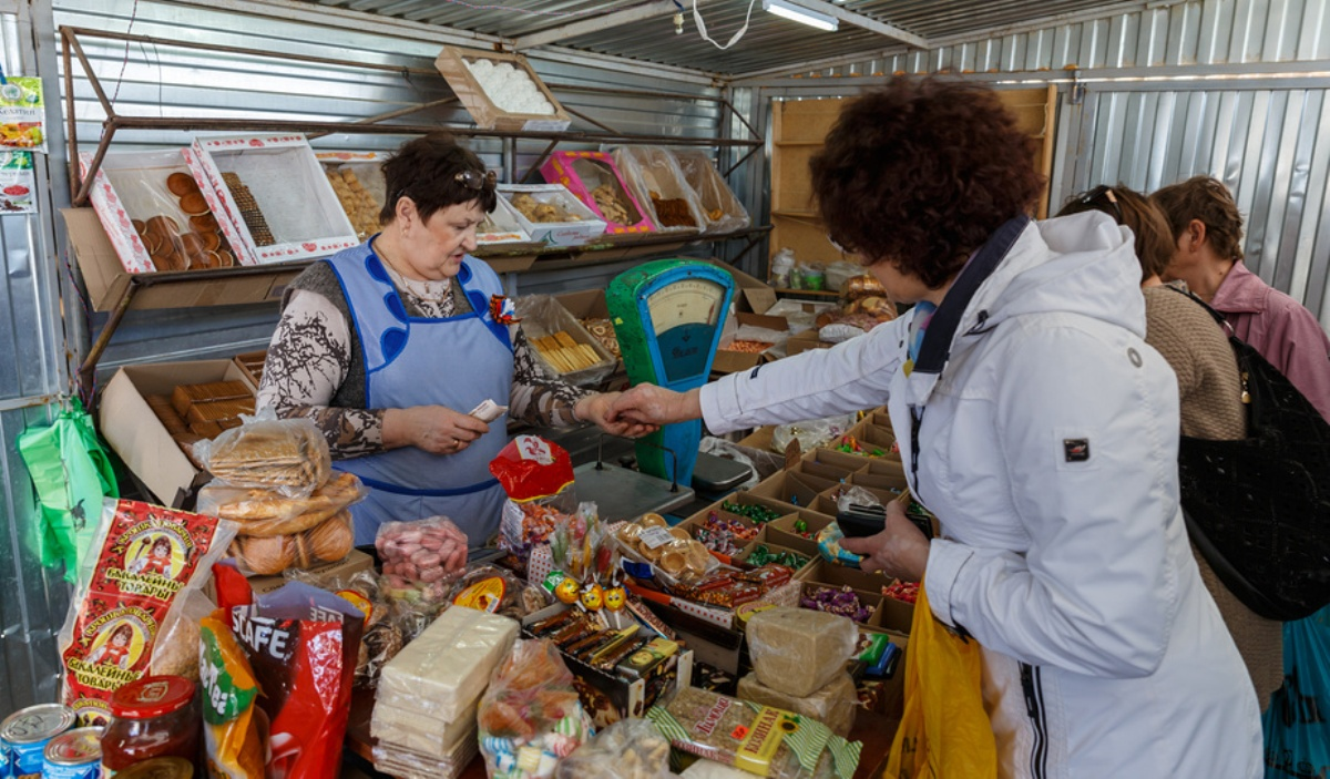 Женщина покупает сладости в магазине