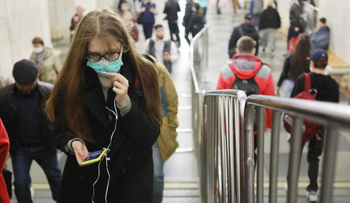 Девушка в маске в московском метро