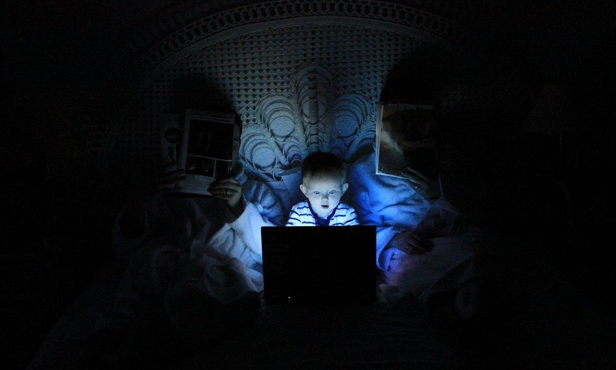 ребенок в компьютере сидит