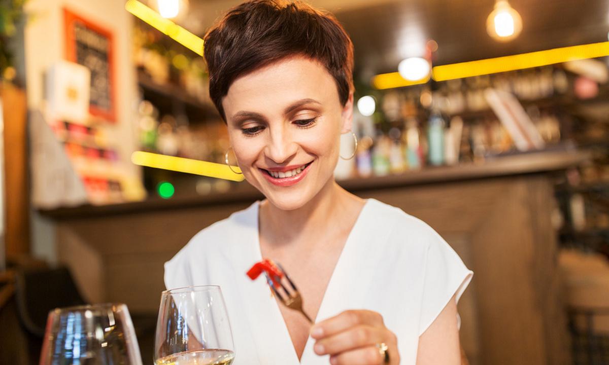 женщина в ресторане