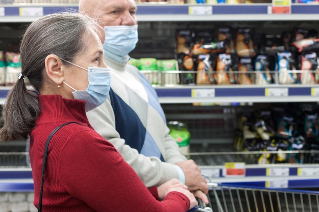 Пенсионеры в магазине в масках