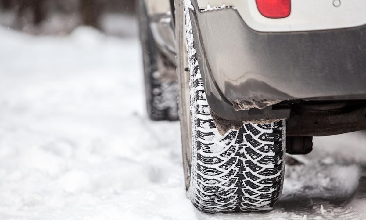колесо машины на снегу