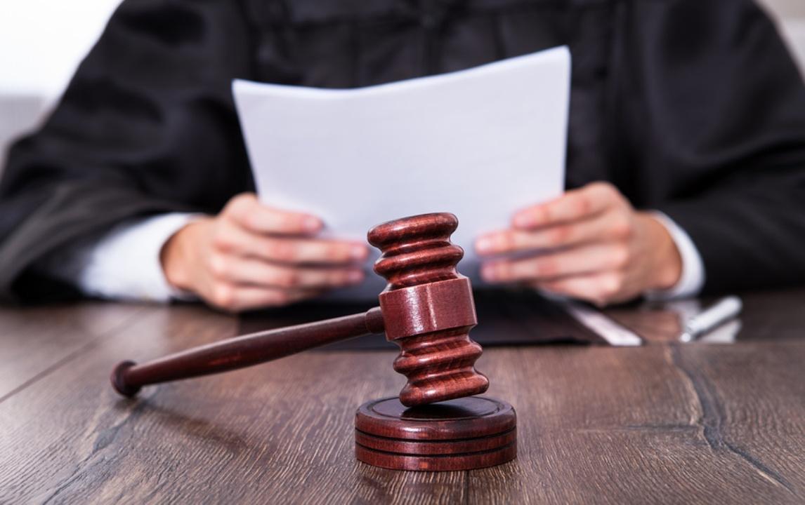 Судья зачитывает документ