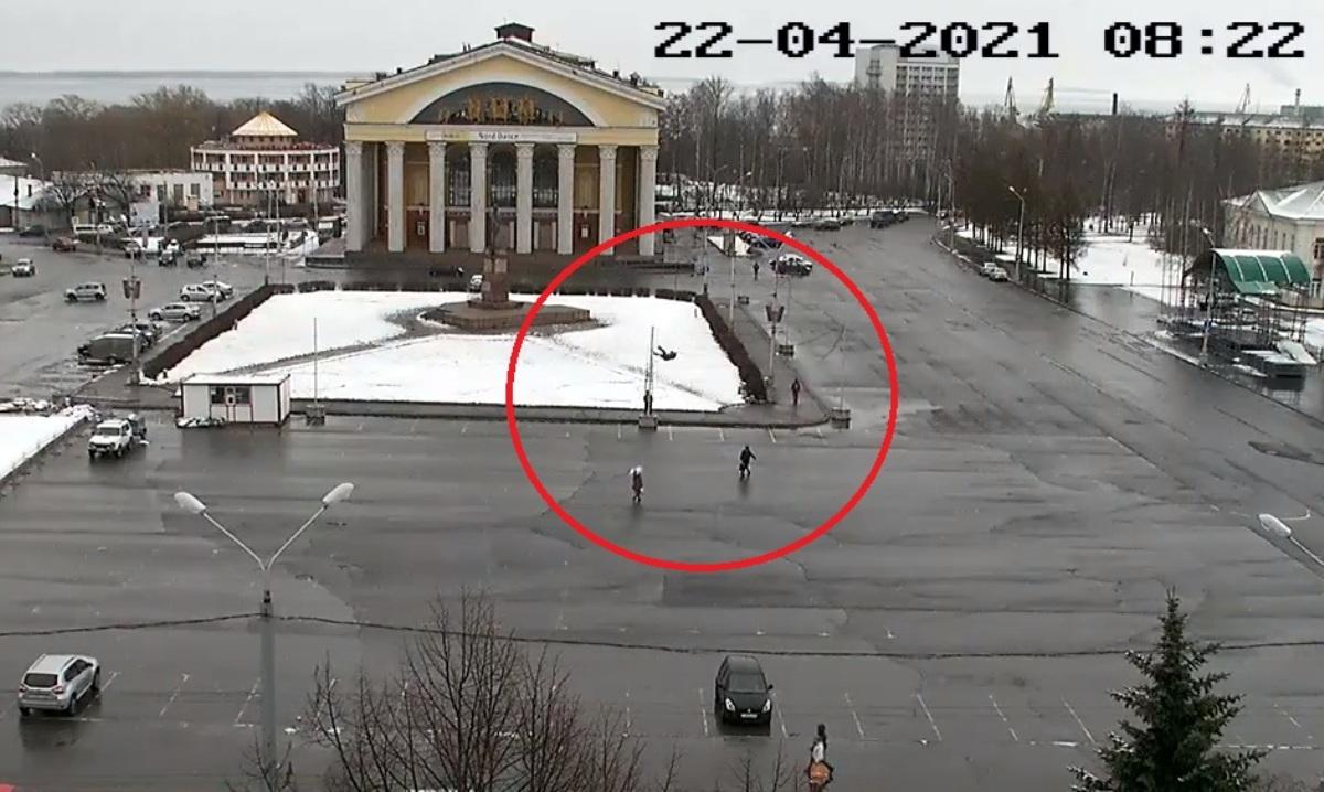 Электромонтажник упал со столба в Петрозаводске