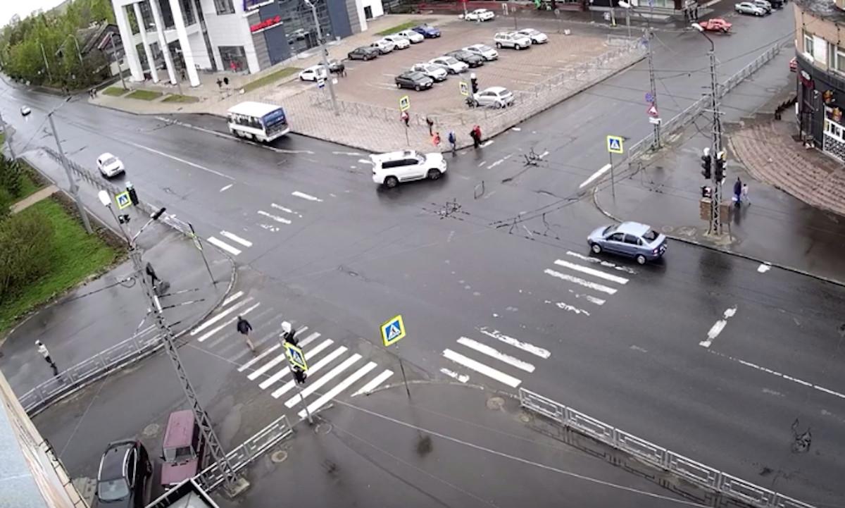 чуть не сбил пешеходов