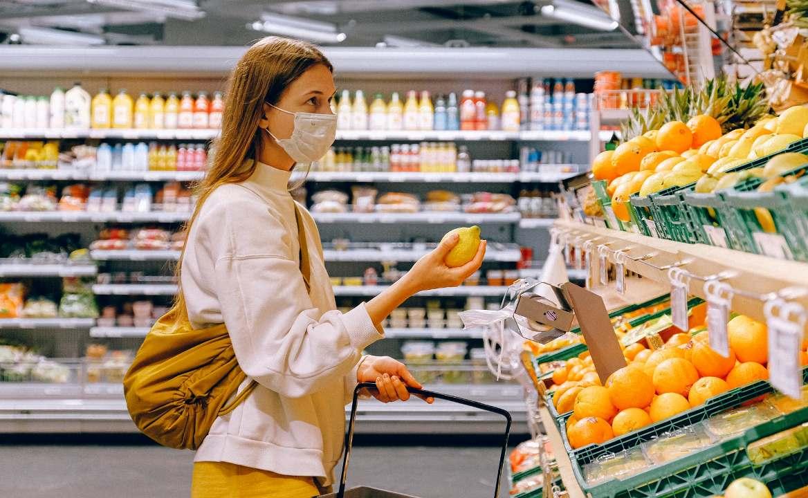 Девушка ест на работе модельное агенство буинск