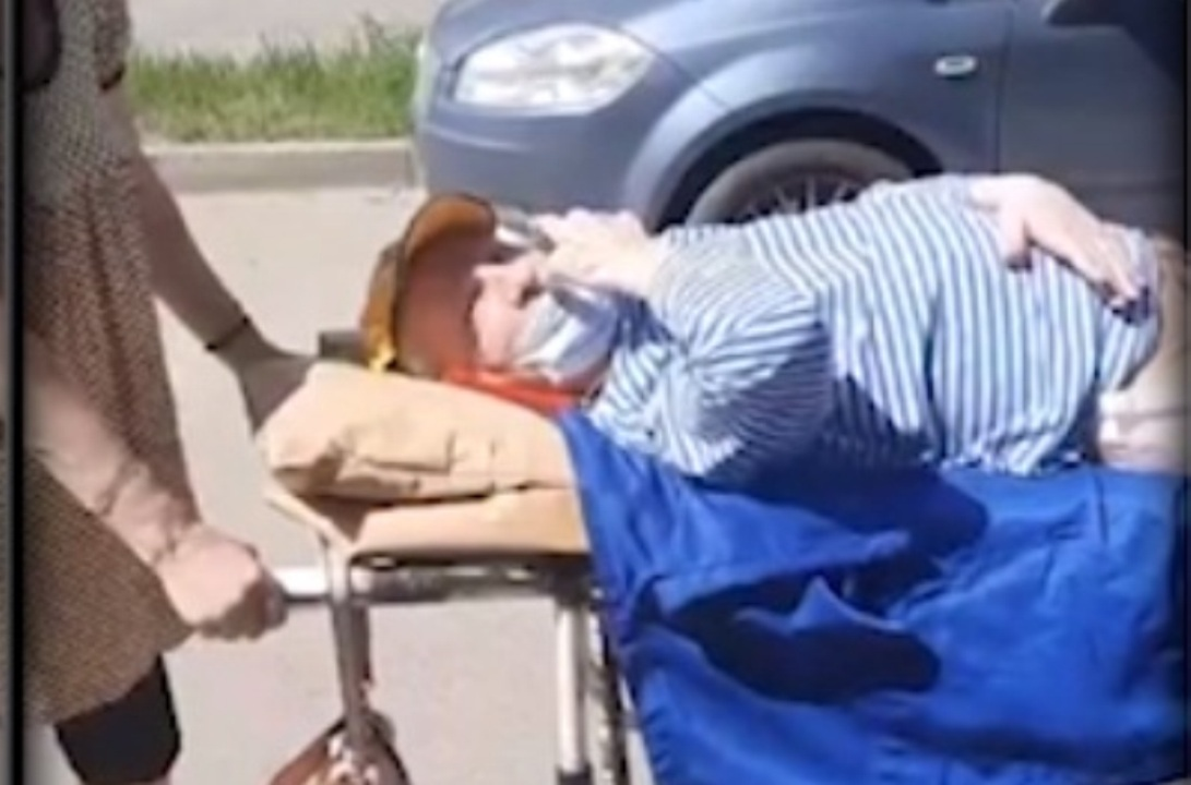 Инвалида отправили домой на каталке