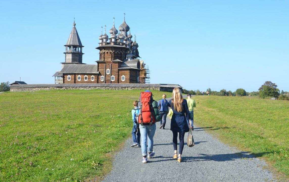 Россия, Карелия. Туристы в Кижах