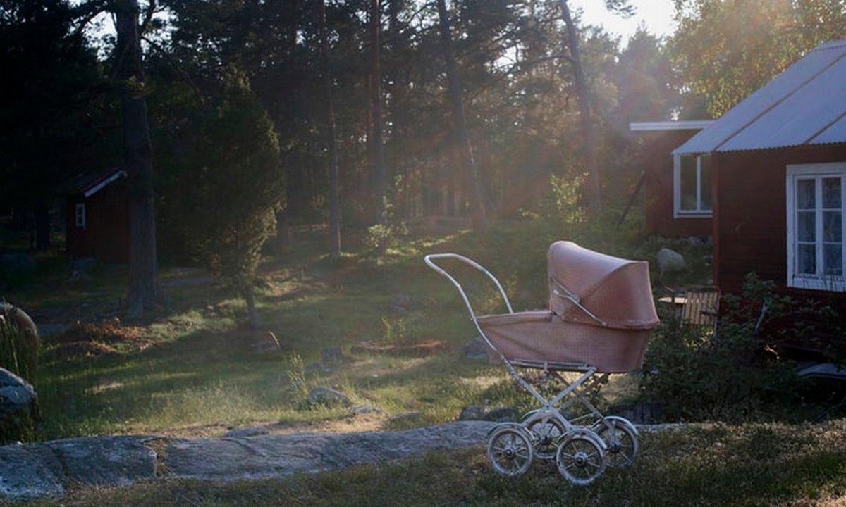коляска стоит на улице