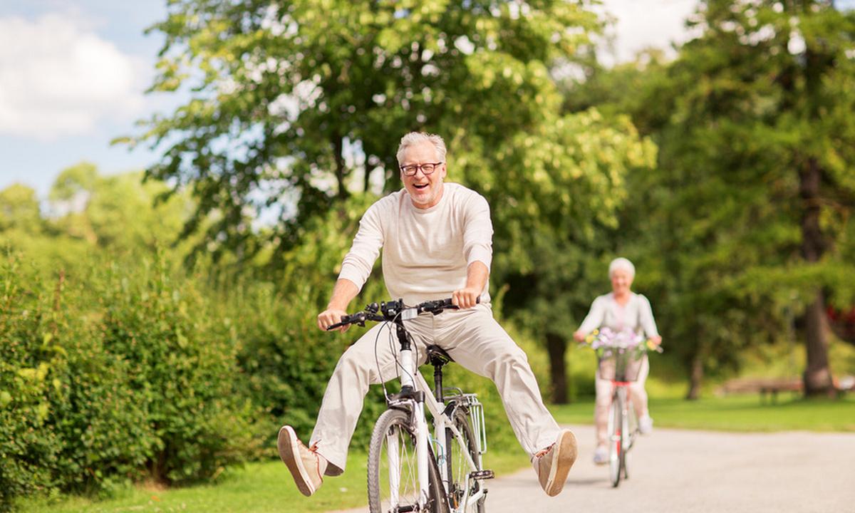 пожилые люди на велосипеде