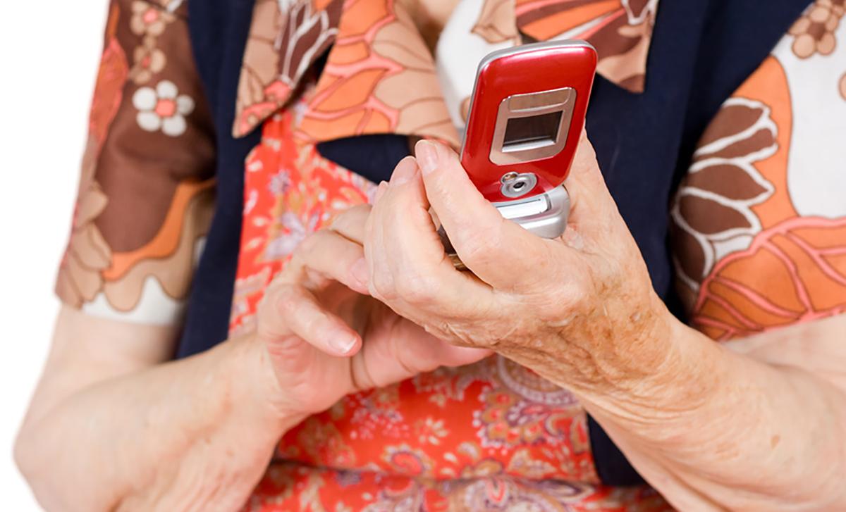 бабушка с телефоном в руках