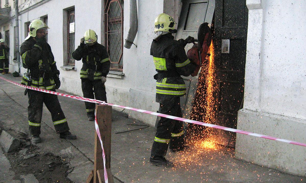 спасатели у квартиры