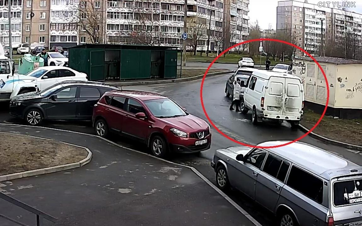Женщина молотком громит машину в Петрозаводске