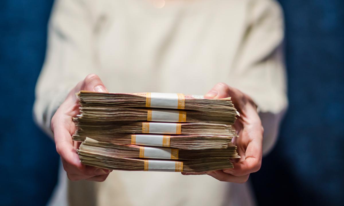пачка денег в руках у человека