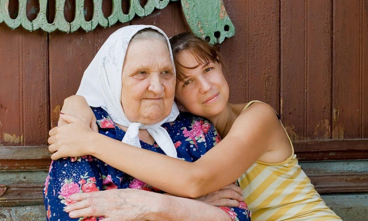 пенсионерка и девушка