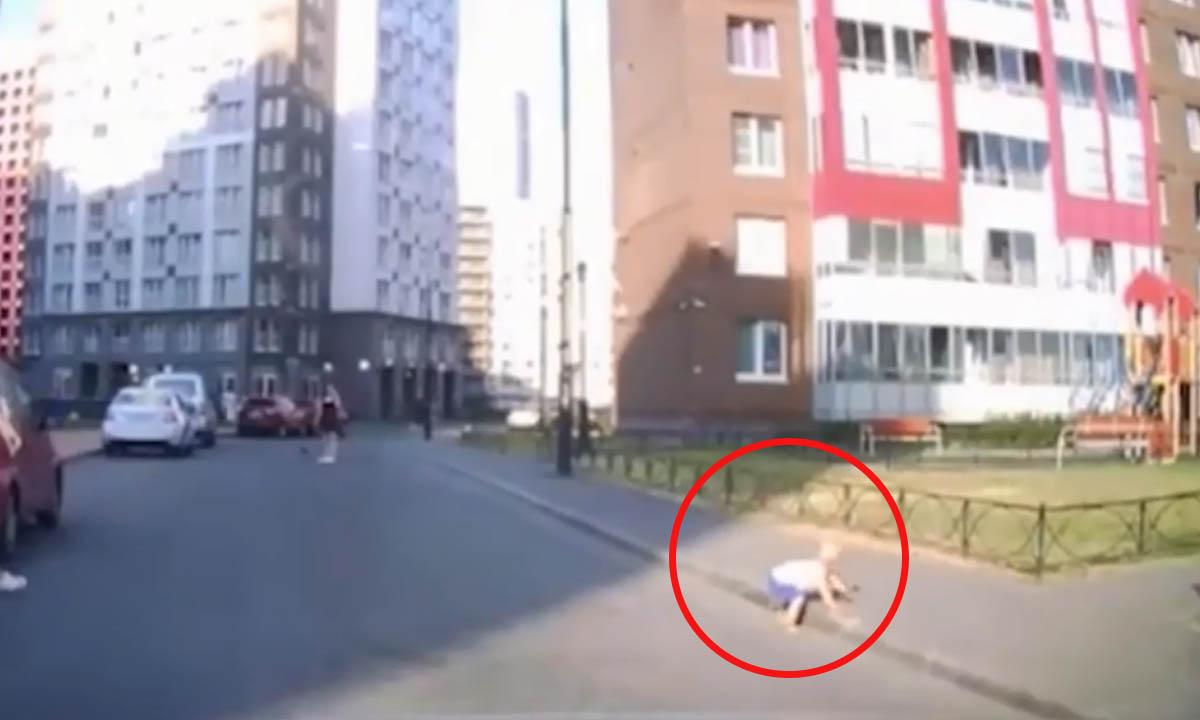 Годовалый ребенок уполз с детской площадки на проезжую часть
