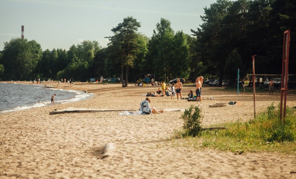 на пляже в Петрозаводске летом
