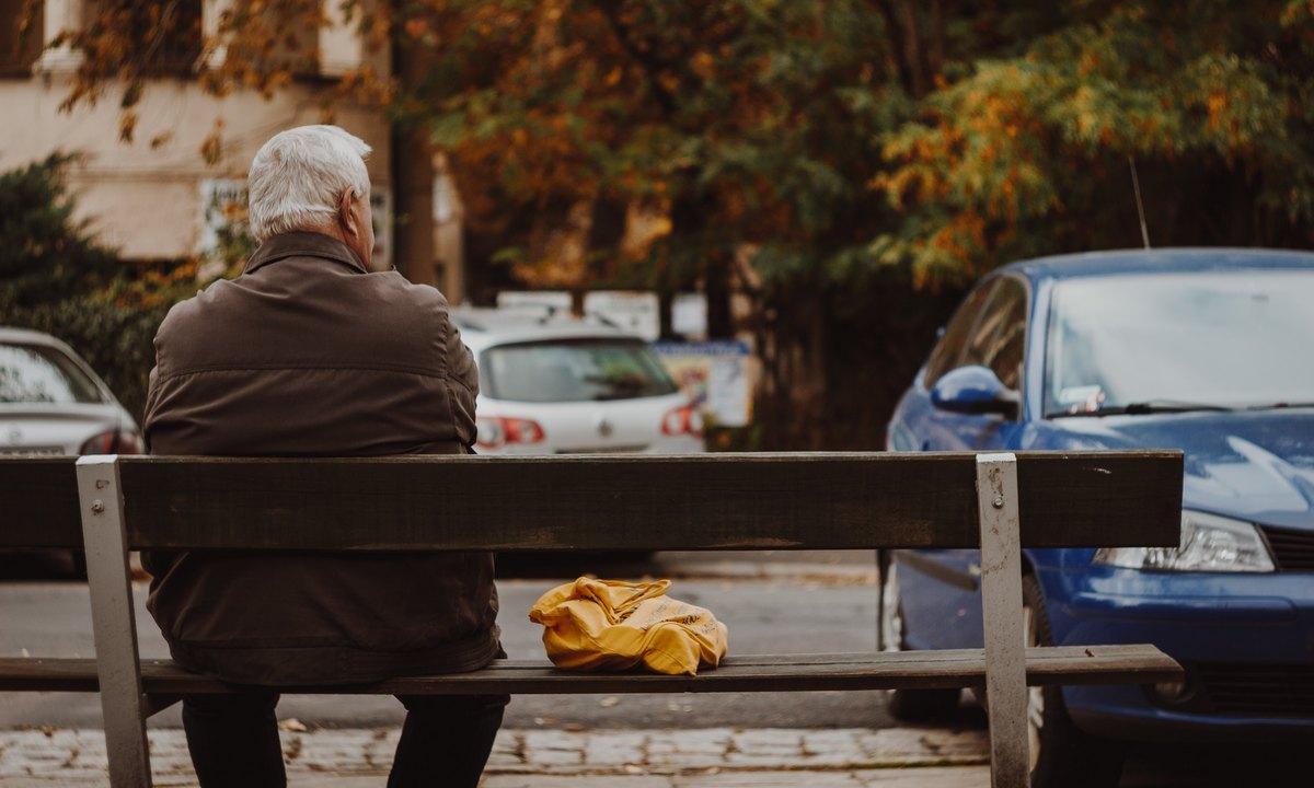 пенсионер сидит на скамейке