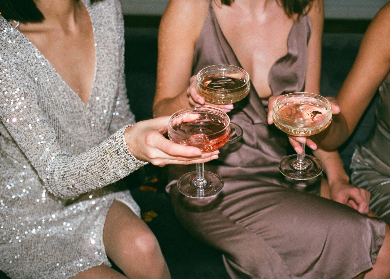 женщины выпивают