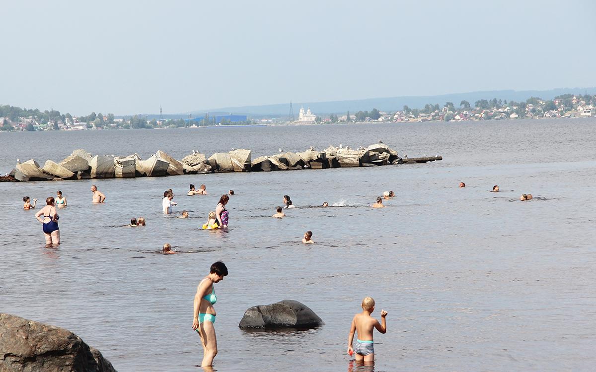 Люди купаются в озере