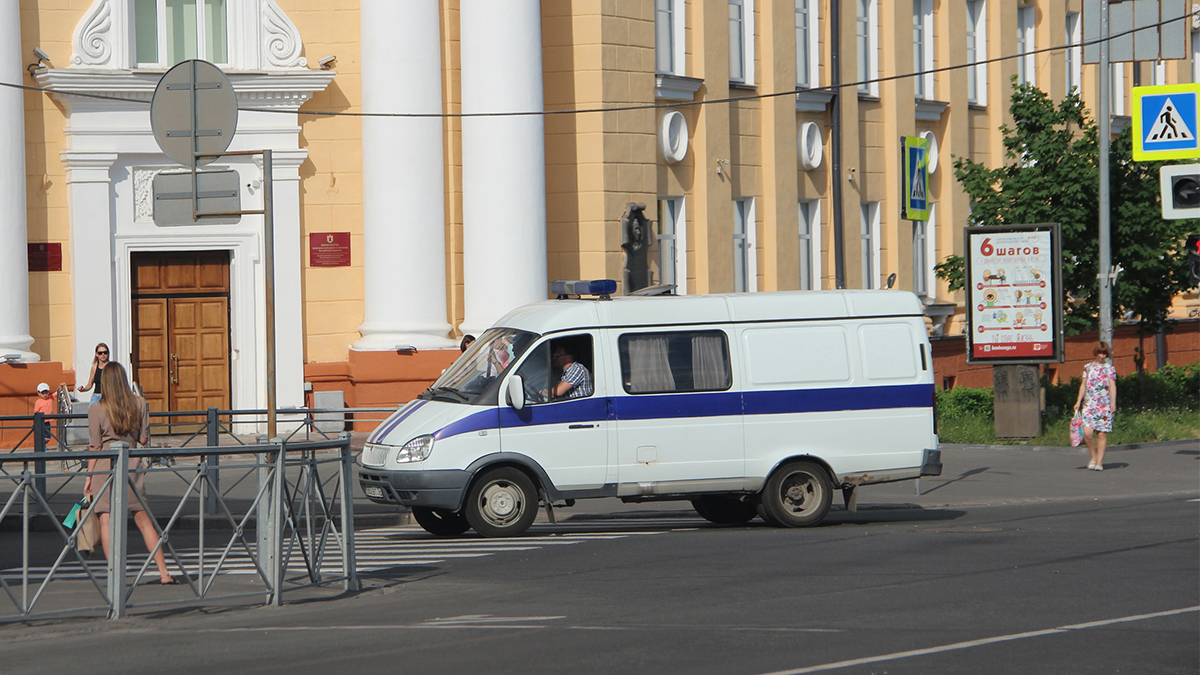 Машина полиции едет по городу