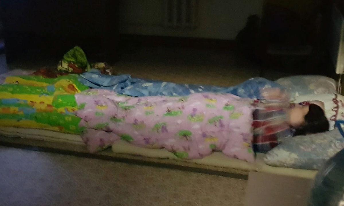 эвакуированные из карельского поселка люди спят на полу школы