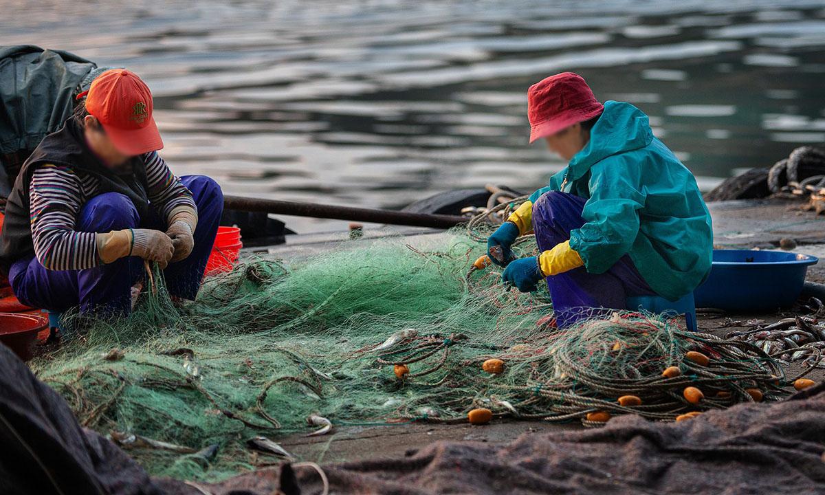 Старший инспектор Федерального агентства по рыболовству, используя свое служебное положение, изымал у жителей Медвежьегорского района рыболовные сети.