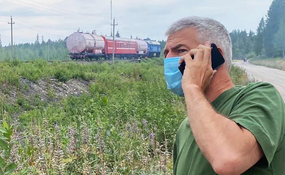 Артур Парфенчиков разговаривает по телефону