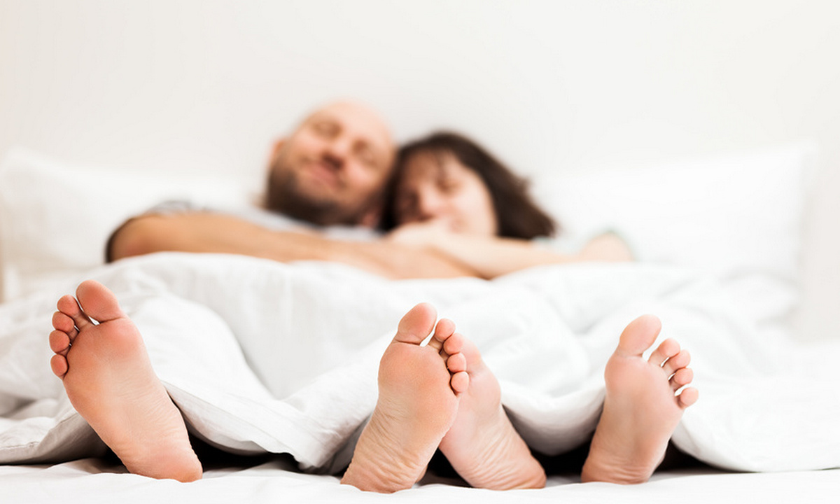 пара в обнимку в постели