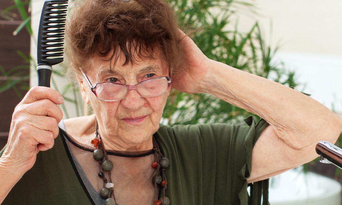 пожилая женщина в ванной