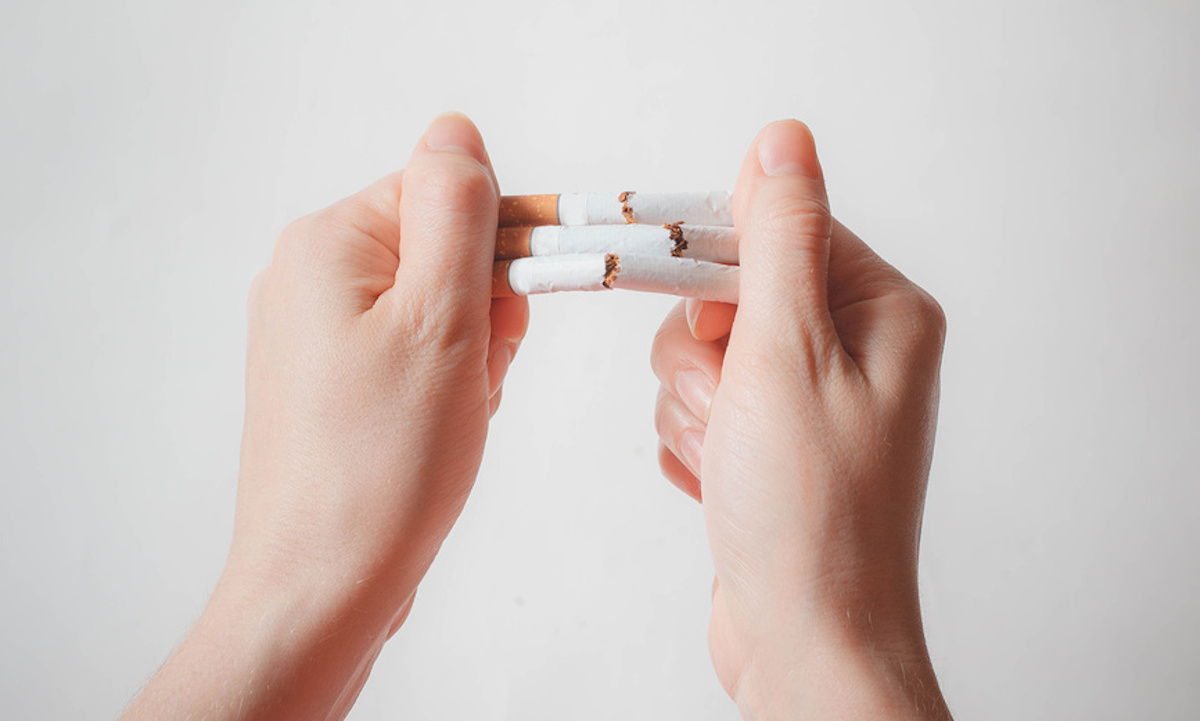 руки ломают сигареты