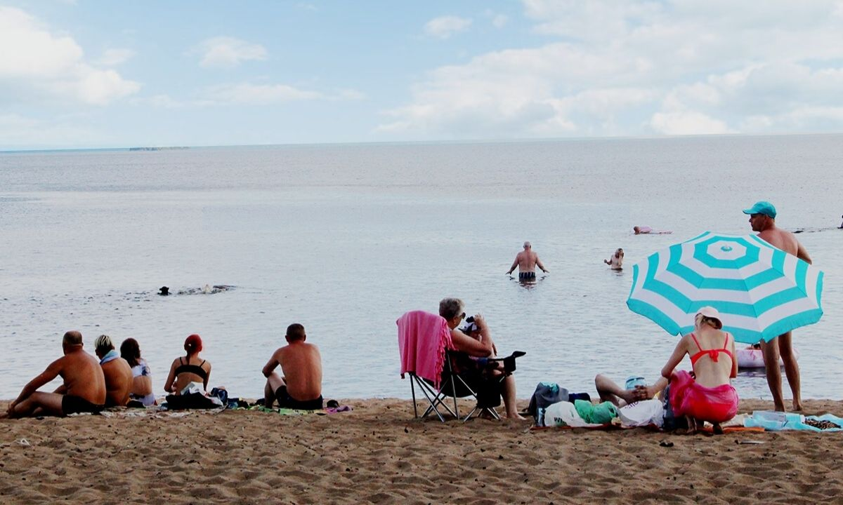 Люди загорают на пляже