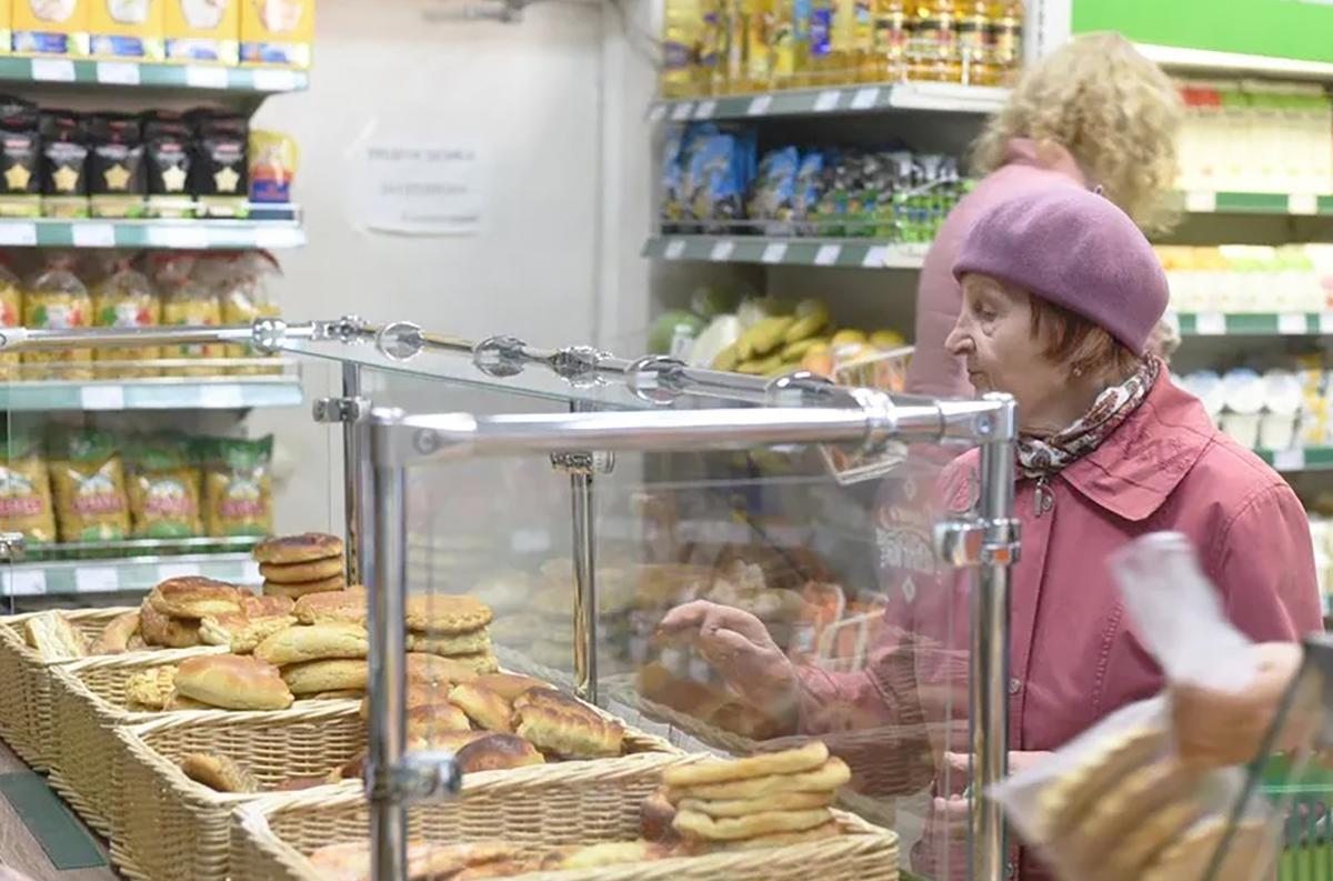 Женщина покупает выпечку в магазине