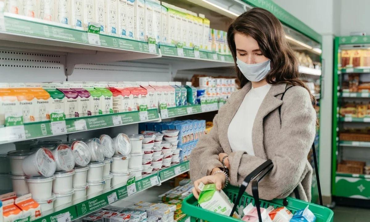 девушка в магазине, покупает молоко, олония, петрозаводск