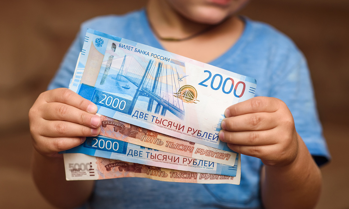 деньги в руках у ребенка