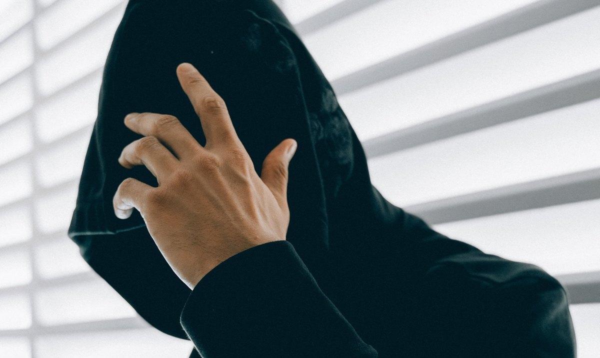хакер, закрывает лицо