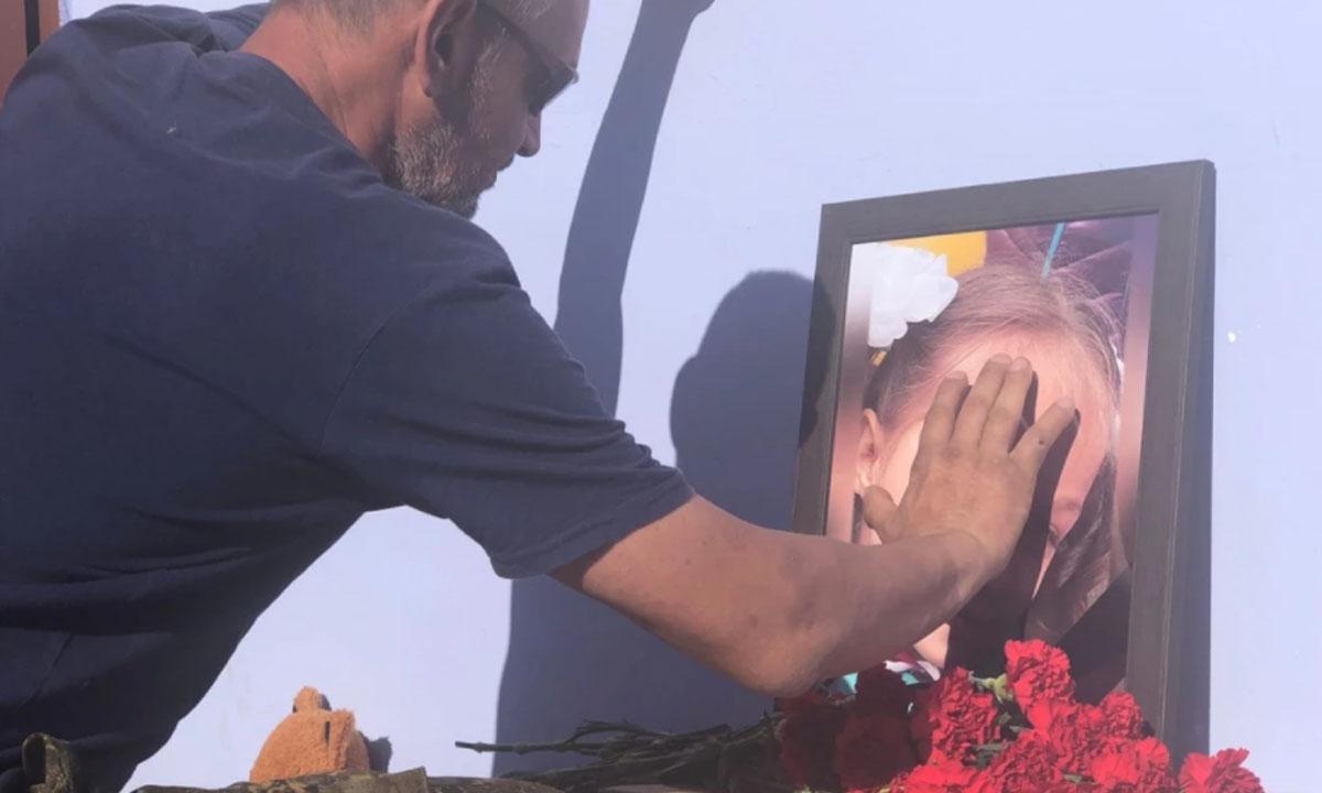 Дядя 8-летней девочки, чье тело нашли в пакете около АЗС, умер после посещения стихийного мемориала племянницы