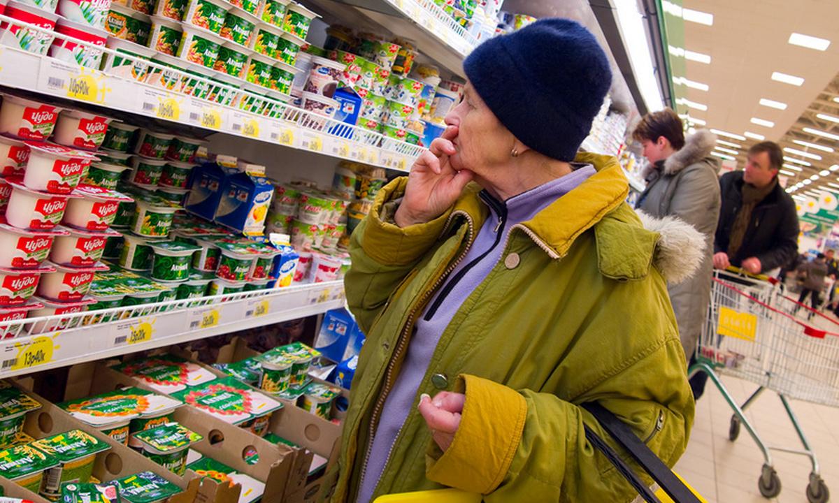 пенсионеры в магазине