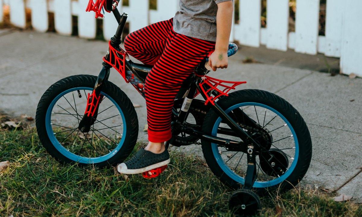 ребенок, на велосипеде, стоит