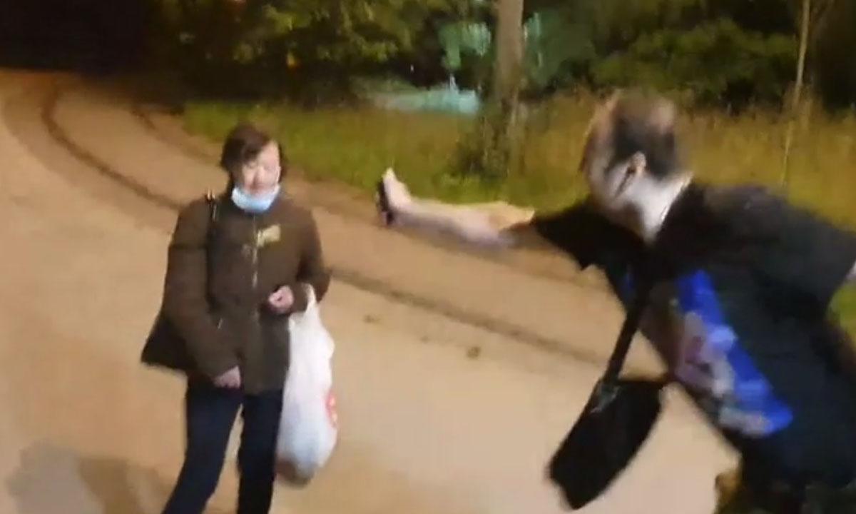 Блогер распылил газ из баллончика в лицо женщине