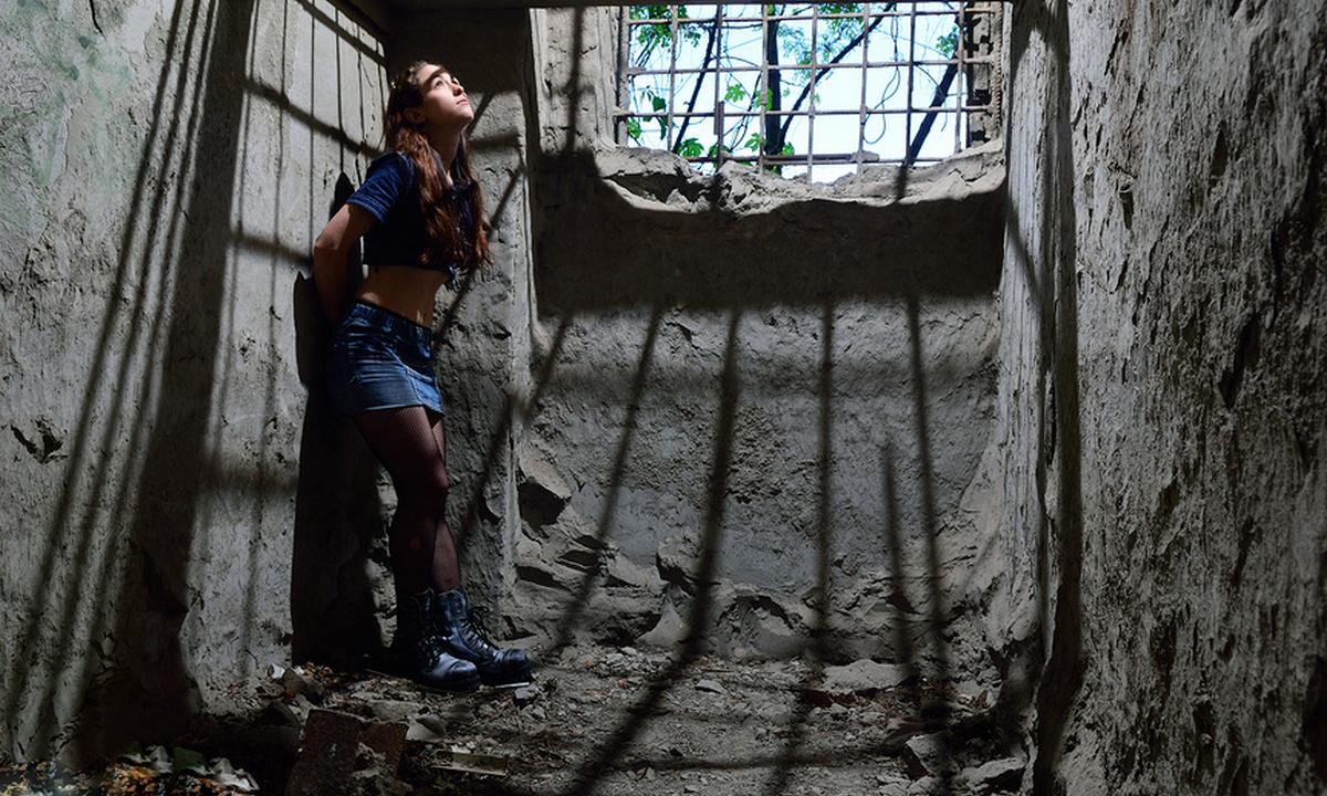 девушка тюрьма