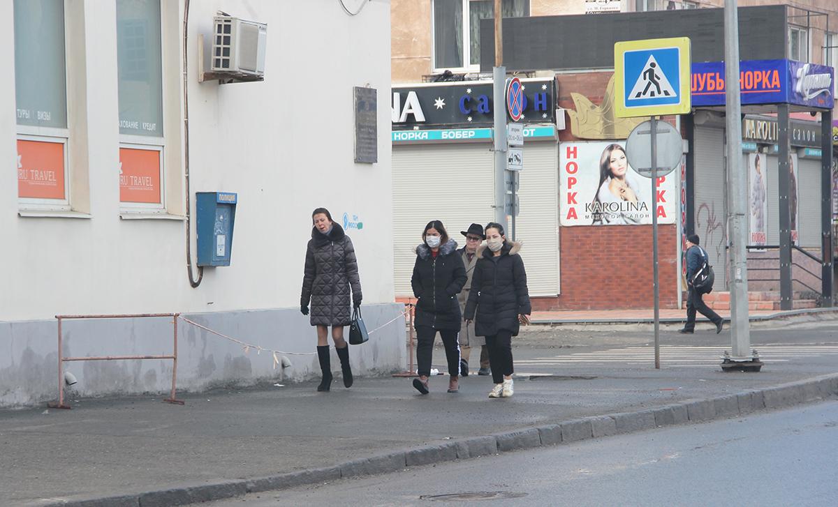 Люди в масках в городе