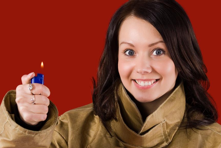 девушка с зажигалкой