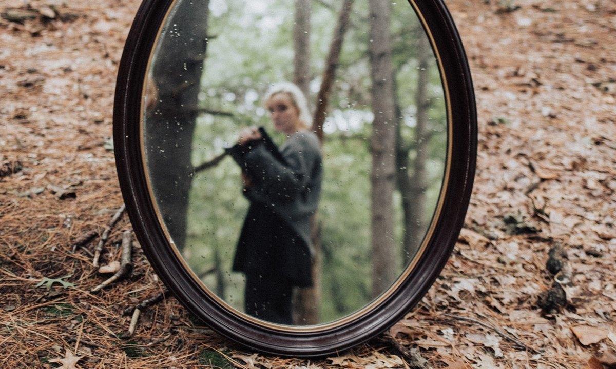 девушка, зеркало, лес