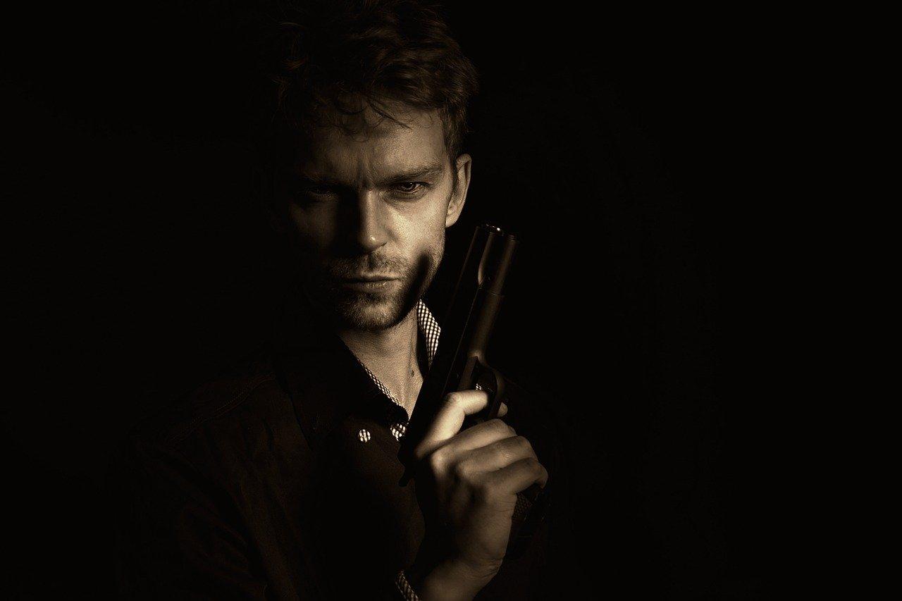 мужчина с пистолетом