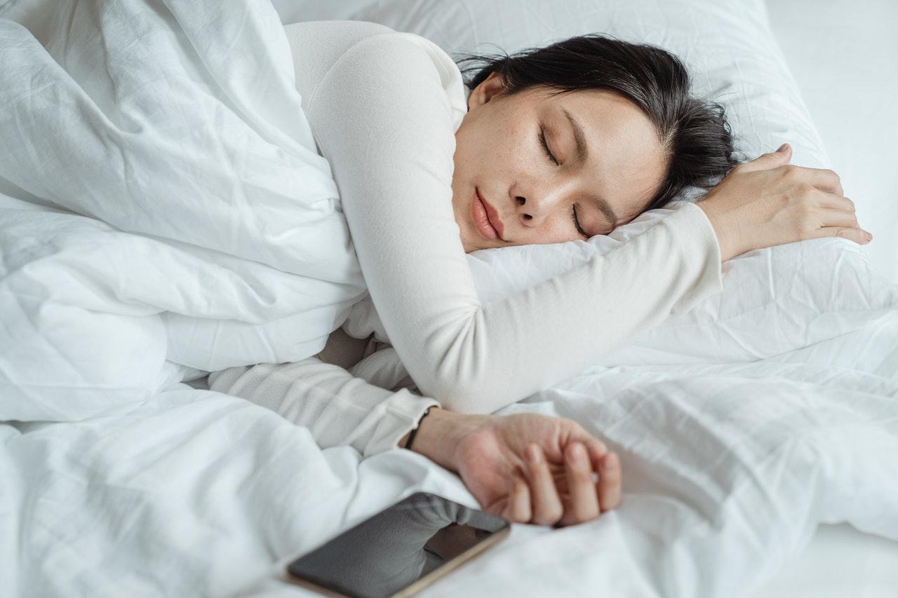 телефон в кровати
