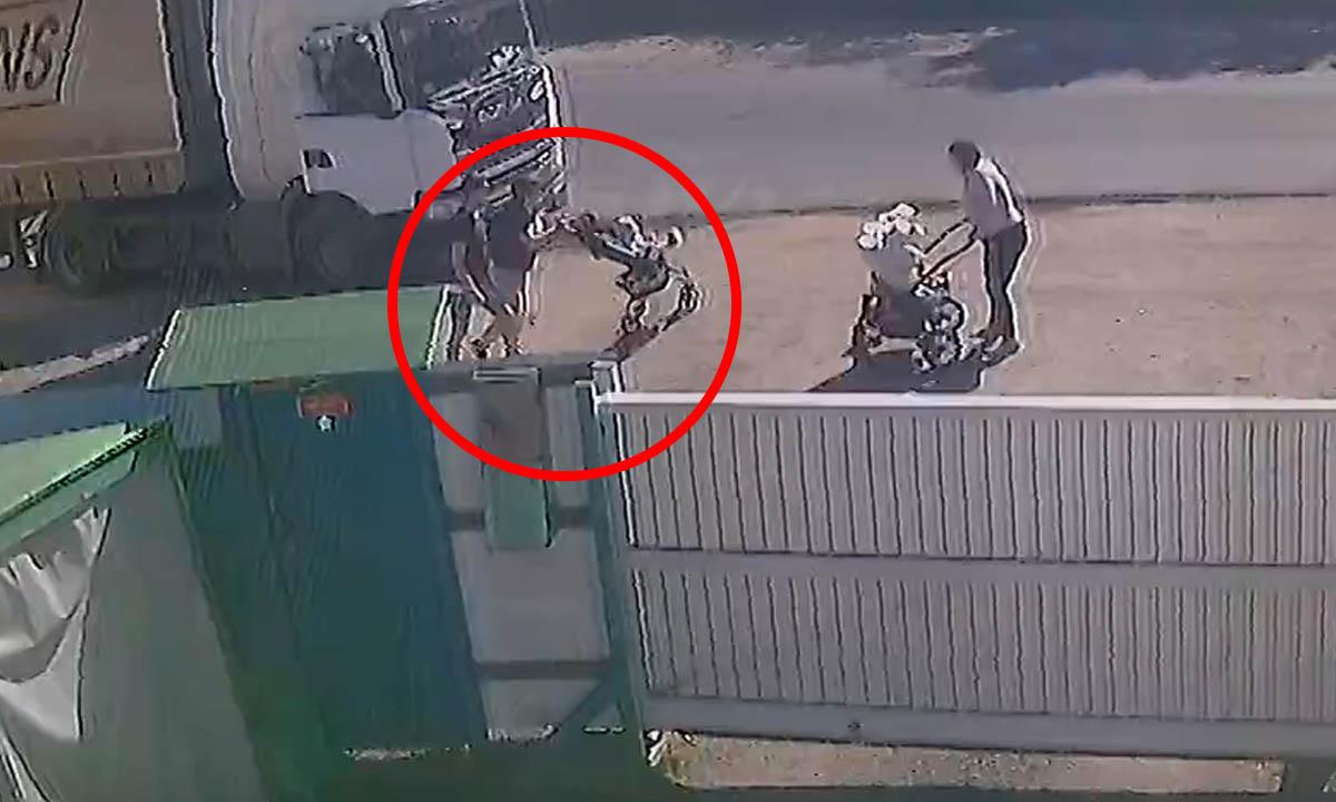 В Петрозаводске отлетевшее от фуры колесо чуть не убило ребенка в коляске