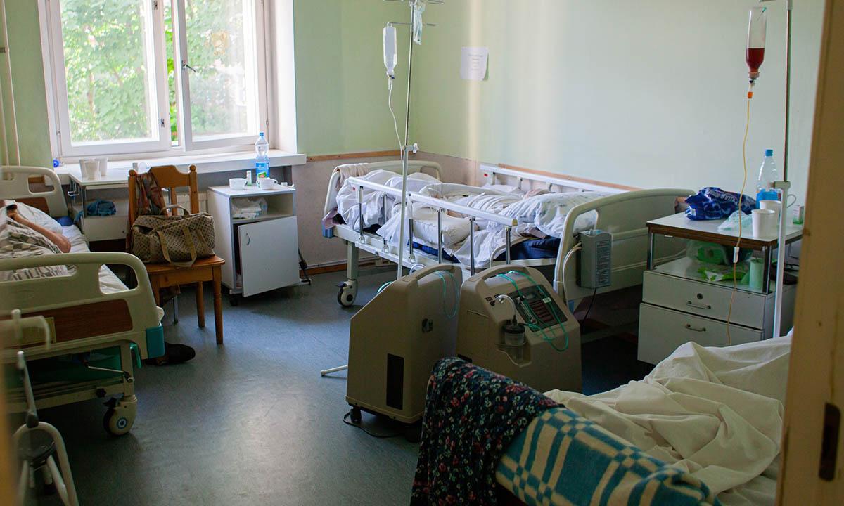 «Пациенты будут в коридоре»: в петрозаводском госпитале для ветеранов осталось 15% свободных коек для больных ковидом